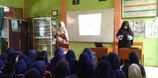 Dokter Lili Ratnawati memaparkan pemahaman kepada siswi SMPN 49 Makassar tentang kewanitaan dan pergaulan bebas. (BERITA.NEWS/Abdul Kadir).