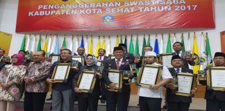 Bupati Bulukumba menerima penghargaan Swasti Saba setelah Wiwerda dan Padapa Tahun 2017. (BERITA.NEWS/IL).