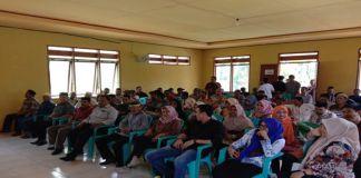 Ratusan Masyarakat Ko'mara yang berada di kantor Desa Ko'mara Kecamatan Polut. (BERITA.NEWS/Sahabuddin Jaya).