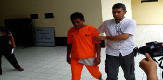 Pelaku saat digiring polisi. (BERITA.NEWS/Sahabuddin Jaya).