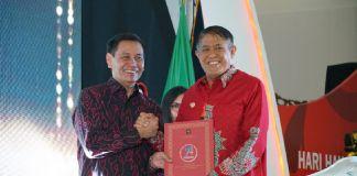 Bupati Bulukumba (Batik merah) menerima penghargaan peduli HAM. (BERITA.NEWS/IL).