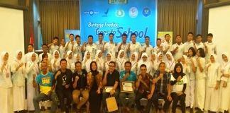 Foto bersama siswa SMA Negeri 1 Makassar dengan para narasumber dan PT Bintang Toedjoe. (BERITA.NEWS/Kadir).