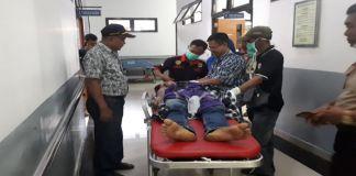 Dinas Sosial dan Tagana saat membawa Daeng Ngitung ke RS untuk menjalani pengobatan. (FOTO: BERITA.NEWS/Putri).