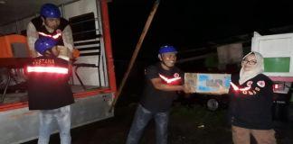 Penyerahan bantuan kepada warga korban banjir di Pallangga oleh BPBD Gowa. (Foto: BPBD Gowa).