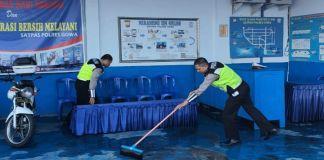 Satlantas Polres Gowa saat melakukan sterilisasi ruangan, sebagai upaya pencegahan penyebaran infeksi virus Covid-19. (Foto: BERITA.NEWS/Putri).