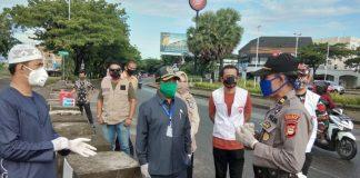 Para pimpinan DPRD Kabupaten Gowa saat memantau langsung pos PSBB Covid-19 di perbatasan Gowa-Makassar. (Foto:ist).
