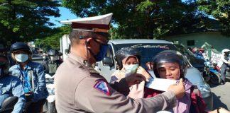 Sat Lantas Polres Gowa tampak memberi imbauan masyarakat agar tetap mengenakan masker saat beraktifitas diluar rumah. (Foto: Ist).