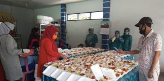 TP PKK Kecamatan Bontomarannu, Kabupaten Gowa saat menyiapkan menu makanan untuk warga. (Foto:ist).