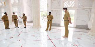 Bupati Gowa, Adnan Purichta Ichsan saat melihat persiapan dibukanya kembali Masjid Agung Syekh Yusuf. (Foto: berita.news/Putri).