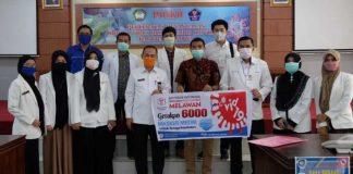Ikatan Apoteker Indonesia (IAI) Cabang Gowa menyerahkan sejumlah bantuan Alat Pelindung Diri (APD) kepada Pemerintah Kabupaten (Pemkab) Gowa.(foto: berita.news/Putri)
