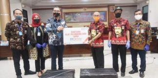Sekretaris Daerah Kabupaten Gowa, H Muchlis menerima sejumlah bantuan Alat Pelindung Diri (APD) dari Bank Negara Indonesia (BNI) Tbk Wilayah Makassar. (Foto: beruta.news/Putri)