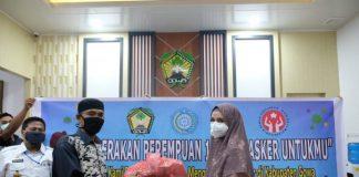 Ketuab TP PKK Kabupaten Gowa, Priska Paramita Adnan menyerahkan bantuan masker kepada salah satu perwakilan pedagang pasar. (foto: berita.news/Putri)