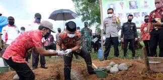 Wakil Bupati Gowa saat melakukan peletakan batu pertama Mapolsek Patallassang. (foto: berita.news/Putri)
