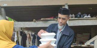 PKK Kecamatan Tombolopao antarkan makanan buka puasa ke perumahan warga. (Foto: berita.news/Putri)