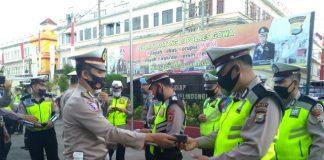 Kasatlantas Polres Gowa saat membagikan masker kepada para personilnya. (Foto: berita.news/Putri).