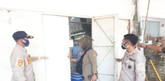 Penutupan indomart di Jalan Jenderal Sudirman, Kecamatan Pattalassang oleh Satpol-PP Kabupaten Gowa karena tak miliki izin. (Dok. Foto : Humas Pemkab Takalar).