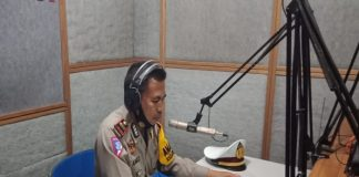 Kasat Lantas Polres Takalar Iptu Ahmad S.sos sampaikan himbauan ke warga di Radio Harmoni. (Dok. Foto: Humas Polres Takalar).