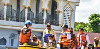Gubernur Sulsel Nurdin Abdullah saat tinjau lokasi banjir di kabupaten Wajo. (Dok. Foto Humas Pemprov).