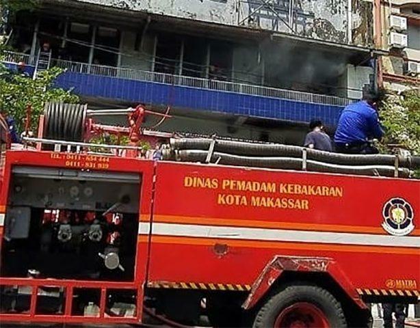 Petugas Pemadam Kebaran Makassar yang sedang berusaha memadamkan api kebakaran