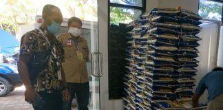 Pemkab Gowa yang diwakili Sekda Muhlis menerima langsung 15 Ton beras dari NRA Grup untuk sumbangan penanganan Covid-19. (foto: berita.news/Putri)