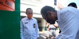 Sekda Gowa Muhlis saat menerima wastafel portabel karya anak SMK Negeri 3 Gowa. (foto: berita.news/Putri)