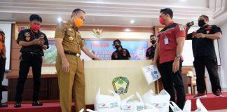 Sekda Gowa, Muhlis saat menerima bantuan APD dari PT Nindya Karya. (foto: berita.news/putri)