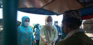 Ketua TP PKK dan Wakil Ketua TP PKK Kabupaten Gowa saat membagikan masker kepada para pengendara. (Foto: ist).