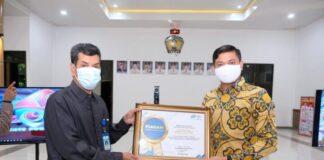 Bupati Gowa Adnan Purichta Ichsan menerima penghargaan dari BPS atas prestasi sensua penduduk online yang melebih target nasional. (Foto: Berita.news/Putri)