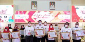 Bupati Gowa, Adnan Purichta Ichsan saat menerima penghargaan pada Peringatan Hari Anak Nasional Tingkat Provinsi Sulawesi SelatanTahun 2020. (Foto: berita.news/Putri).