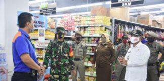 Wakil Bupati Gowa, Abd Rauf Malaganni saat mengunjungi pusat perbelanjaan di Gowa guna memastikan tempat ini menerapkan protokol kesehatan. (Foto: berita.news/putri).