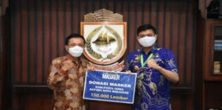Bupati Gowa, Adnan Purichta Ichsan saat menyerahkan langsung donasi masker sebanyak 150 ribu masker ke PJ Walikota Makassar Rudy Djamaluddin. (Foto: berita.news/ist).