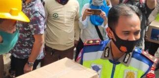 Kasubdit Regident Polda Sulsel, Kompol Yusuf Usman penyerahan sembako secara simbolis