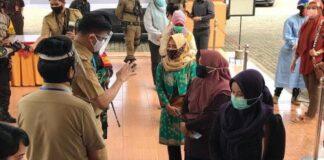Bupati Adnan saat meni jau langsung pelaksanaan rapid test gratis untuk warganya yang hendak ke Makassar. (Foto: berita.news/ist).