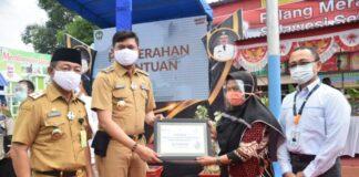 Pemkab Gowa menyalurkan beberapa bantuan untuk masyarakat yang salah satunya yaitu bantuan dari PT PLN Wilayah Sulselrabar senilai Rp105 Juta. (Foto:berita.news/ist)
