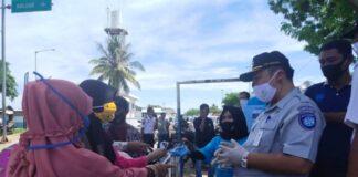 Jasa Raharja Watampone bersama perusahaan BUMN lainnya saat membahikan masker kepada masyarakat di kota Watampone. (Foto: berita.news/Putri).