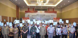 Pembagian Sertipikat Tanah untuk Warga Gowa yang diserahkan langsung Gubernur Sulsel, Nurdin Abdullah. (Foto: berita.news/Putri).