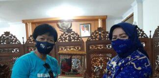 Penyerahan bantuan masker dari PT IKI kepada Sekda Gowa, Kamsina. (Foto: berita.news/Putri)