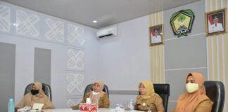 Penjabat Sekda Gowa, Kamsina bersama Kepala BKPSM Gowa, Muh Basir saat Video Conference bersama Menteri Pendididkan rI Nadiem Makarim di Peace Room A'Kio. (Foto: berita.news/Putri).
