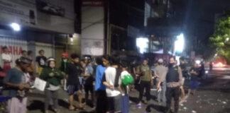 Gerobak bakso korban hancur dan berhamburan di jalan usai ditabrak pembalap liar di Makassar. (instagram.com/makasar__iinfo/)