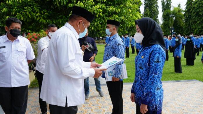 Bupati AM Sukri Sappewali menyerahkan Surat Keputusan (SK) Bupati terkait pengangkatan CPNS kepada para peserta seleksi Calon Pegawai Negeri Sipil Formasi Tahun 2019