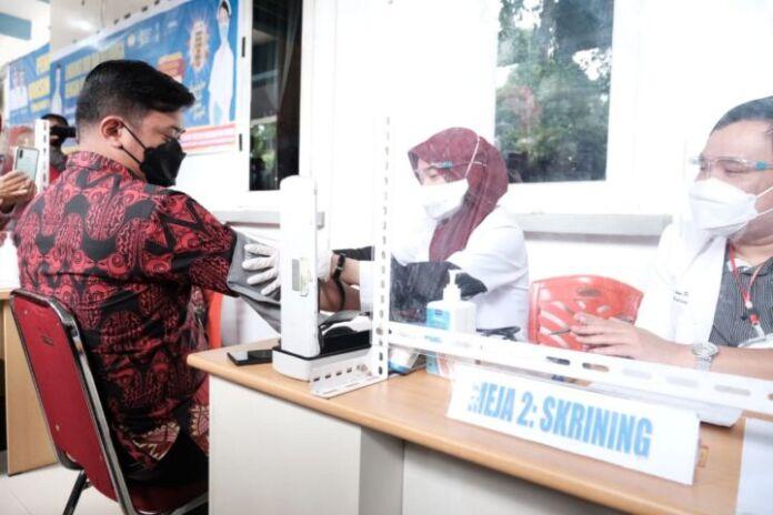 Bupati Gowa, Adnan Purichta Ichsan saat menjalani Screening sebelum vaksinasi. (Foto: berita.news/Putri).