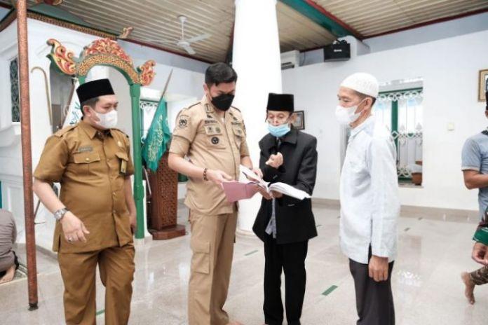 Bupati Gowa, Adnan Purichta saat memantau jalannya Operasi Yustisi hari terakhir. (Foto: berita.news/Putri).
