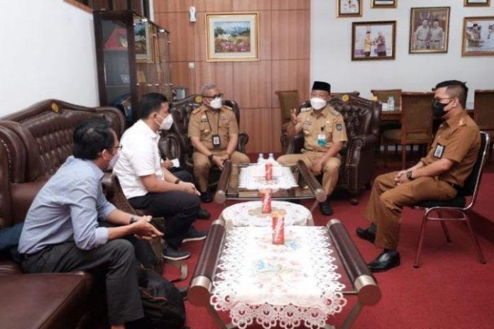 Wakil Bupati Gowa, Abd Rauf Malaganni beresama tim appraisal. (Foto: berita.news/putri).