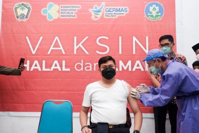 Bupati Gowa, Adnan Purichta Ichsan saat disuntik Vaksin Sinovac. (Foto: berita.news/Putri).