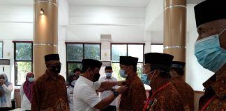 Wabup Gowa, menyerahkan Piagam Penghargaan dan Penyematan Tanda Kehormatan Wredatama Nugraha Pratama kepada anggota PWRI
