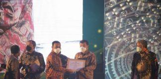 Bupati Bulukumba Muchtar Ali Yusuf menerima Piagam Penghargaan Pinisi Sultan Award 2021 Terbaik III untuk Kategori Kabupaten/Kota Peduli Pariwisata dan Ekonomi Kreatif.