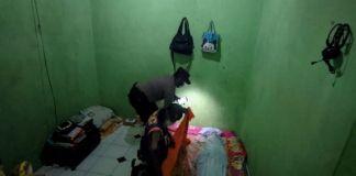 Mayat Istri yang disimpan di dalam kamar kos. (foto: Sindo/Tritus)