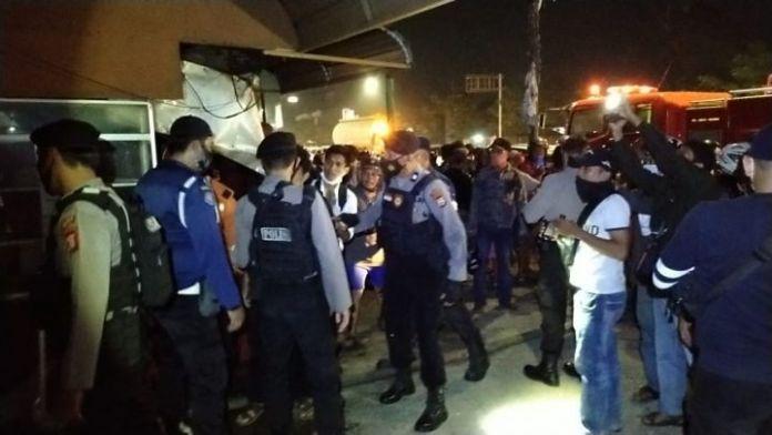 Proses evakuasi yang dilakukan personil Polres Gowa di Lokasi Kebakaran Senin (31/5) malam. (Foto: berita.news/Putri).